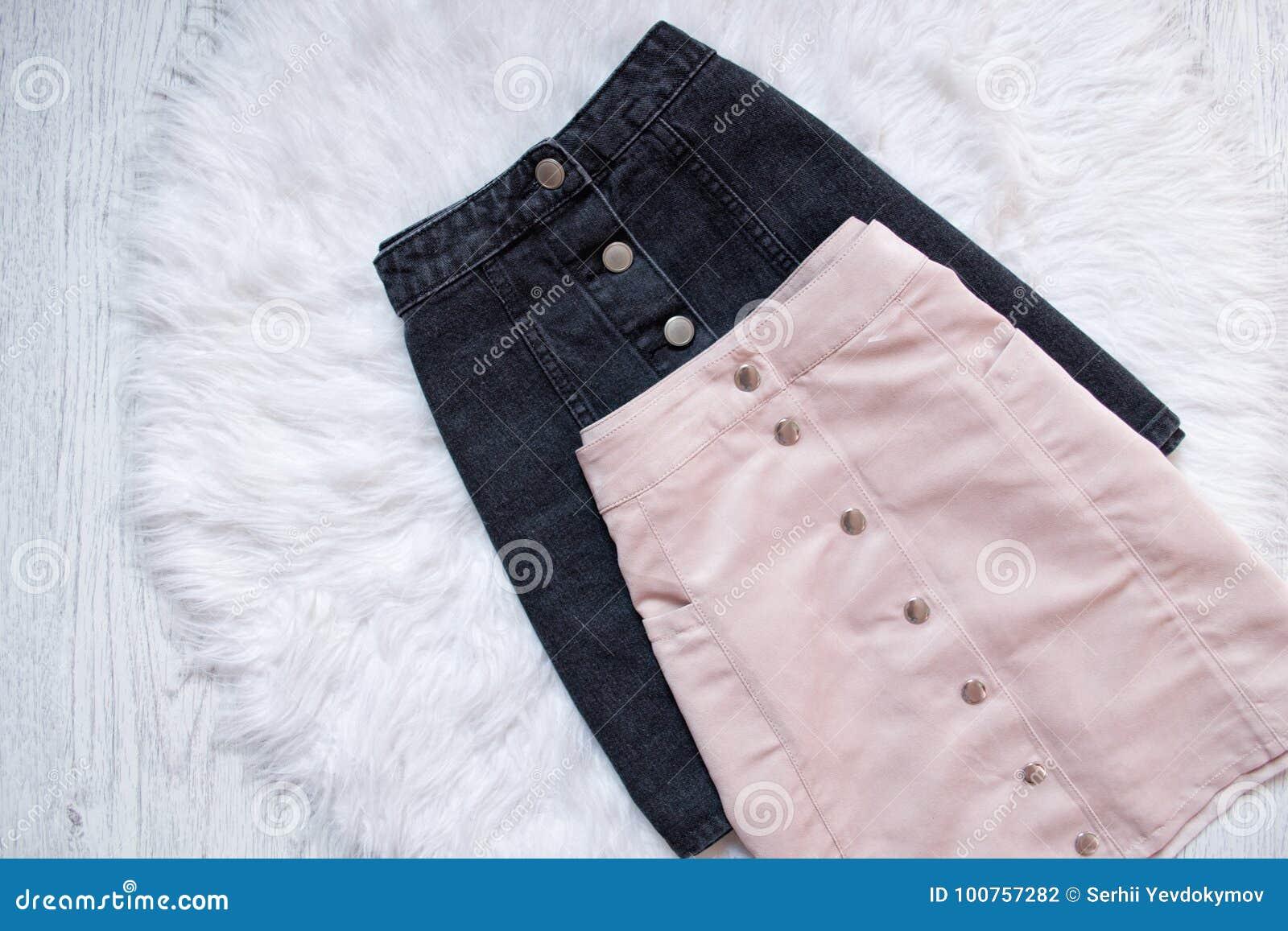 c70c477e5 Faldas Negras Y Rosadas Del Dril De Algodón Con Los Botones Concepto ...