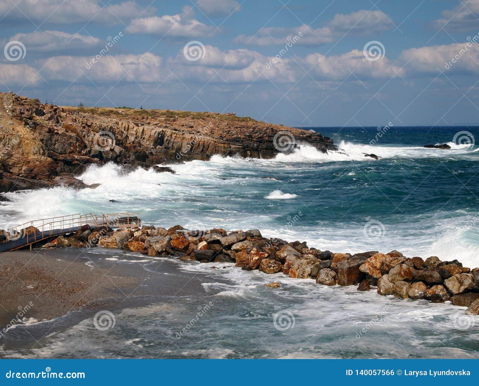 Fale łama na brzegowym morzu, fale, piana w Greckim kurorcie