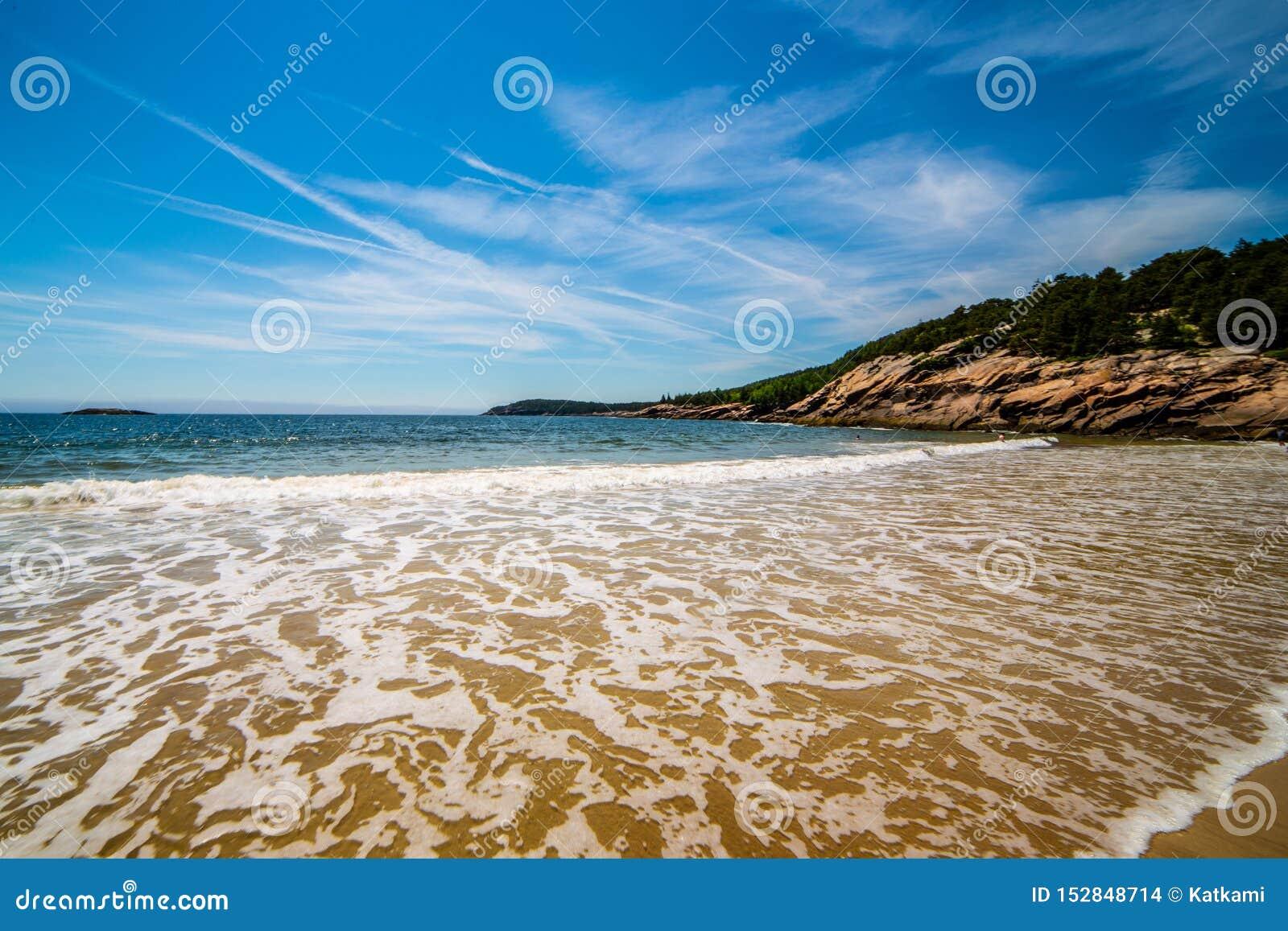 Fale przy piasek plażą, Acadia park narodowy, Maine, usa