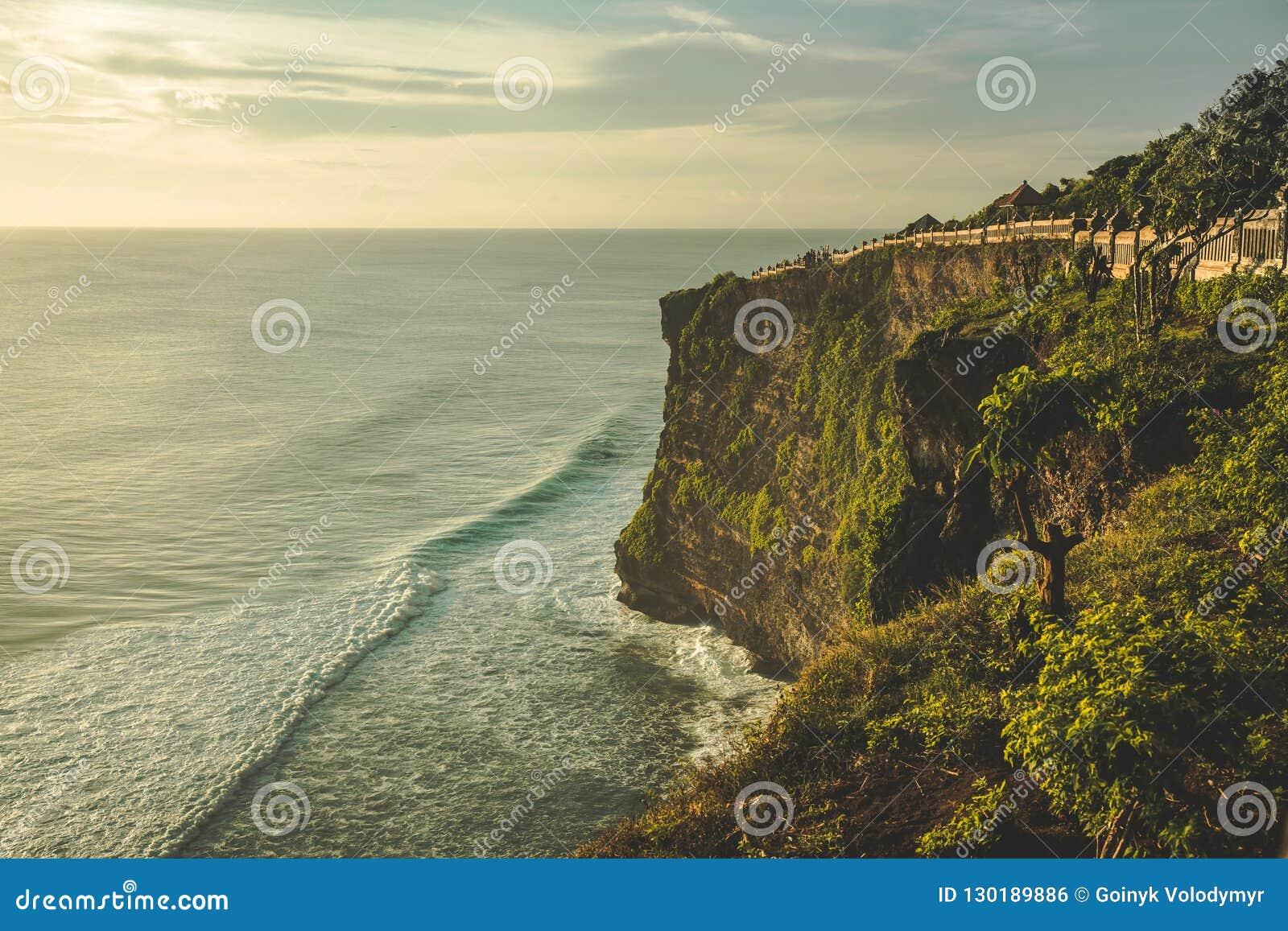 Faleza, oceanu brzeg, turystyczna ścieżka panorama bali
