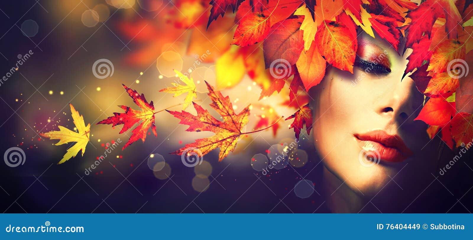 Fall Schönheitsmädchen mit bunter Herbstlaubfrisur