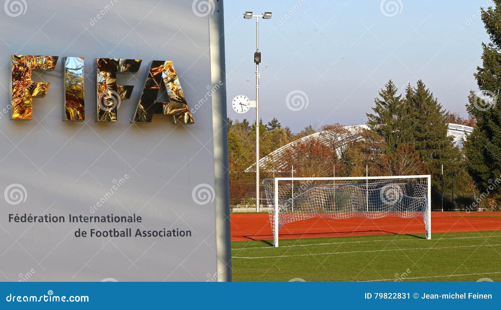Fallbaumreflexionen im FIFA-Eingang unterzeichnen an den Zürich-Hauptsitzen mit Fußballplatz und Ziel
