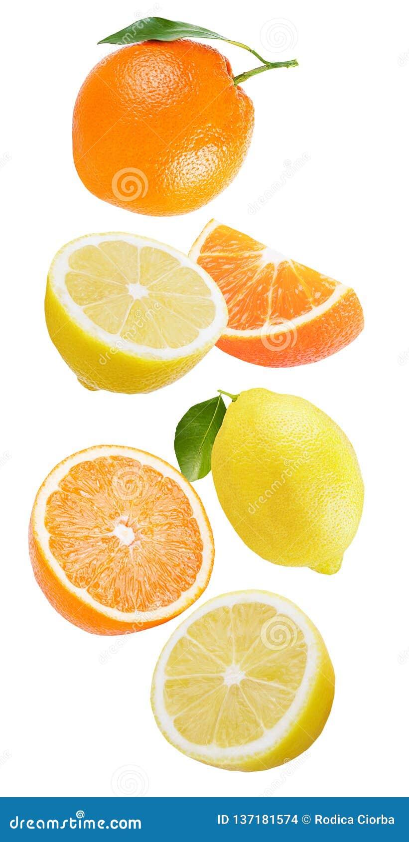 Fallende Zitrone und Orange lokalisiert auf Weiß