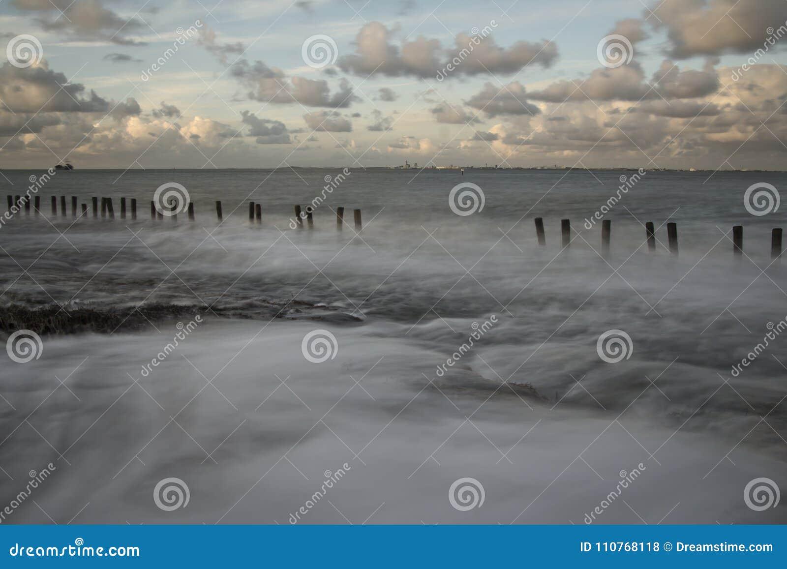 Falochrony na wybrzeżu w Zeeuws-Vlaanderen, Zeeland holandie