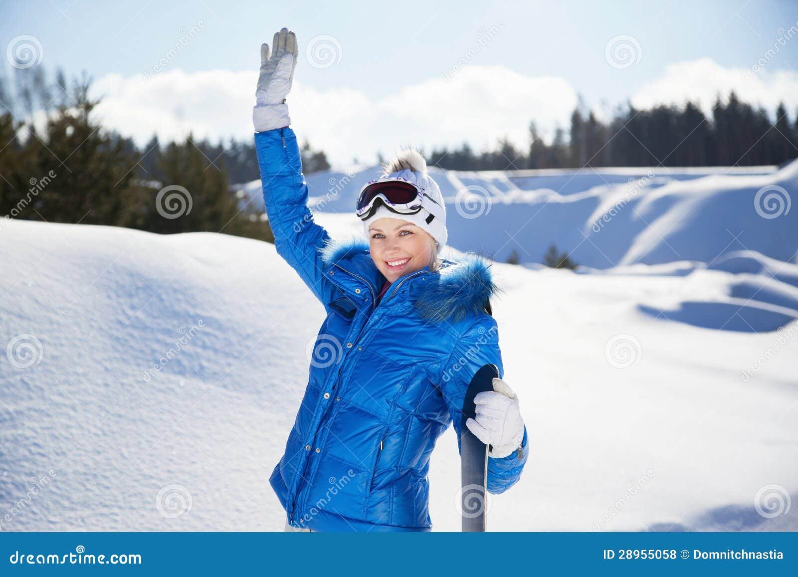 Falowanie młoda kobieta z snowboard w jej ręce