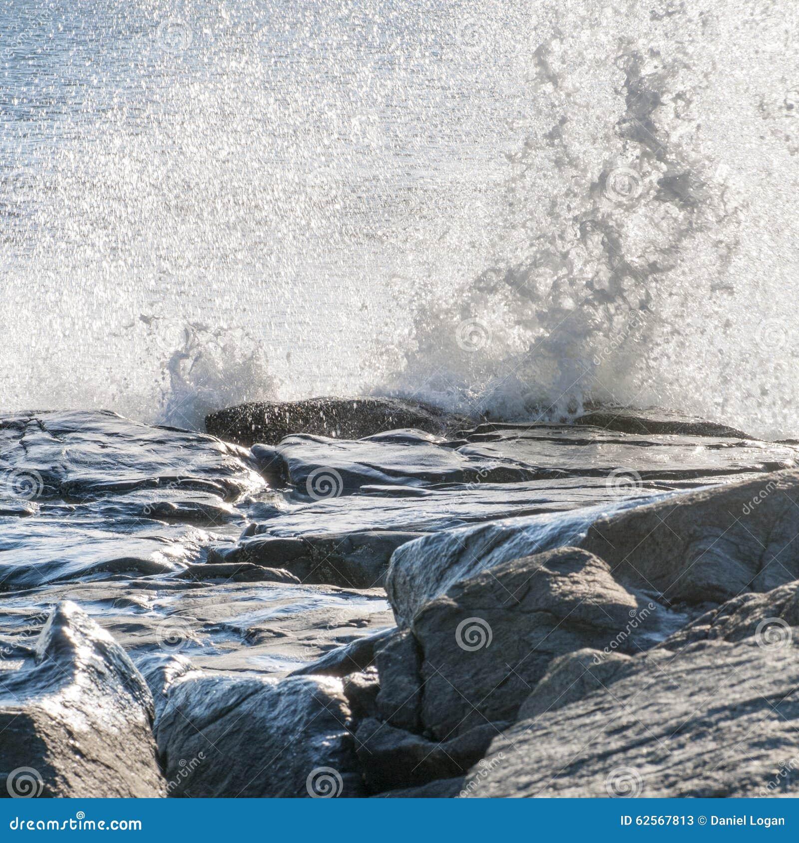 Falowy rozbijać przeciw skałom