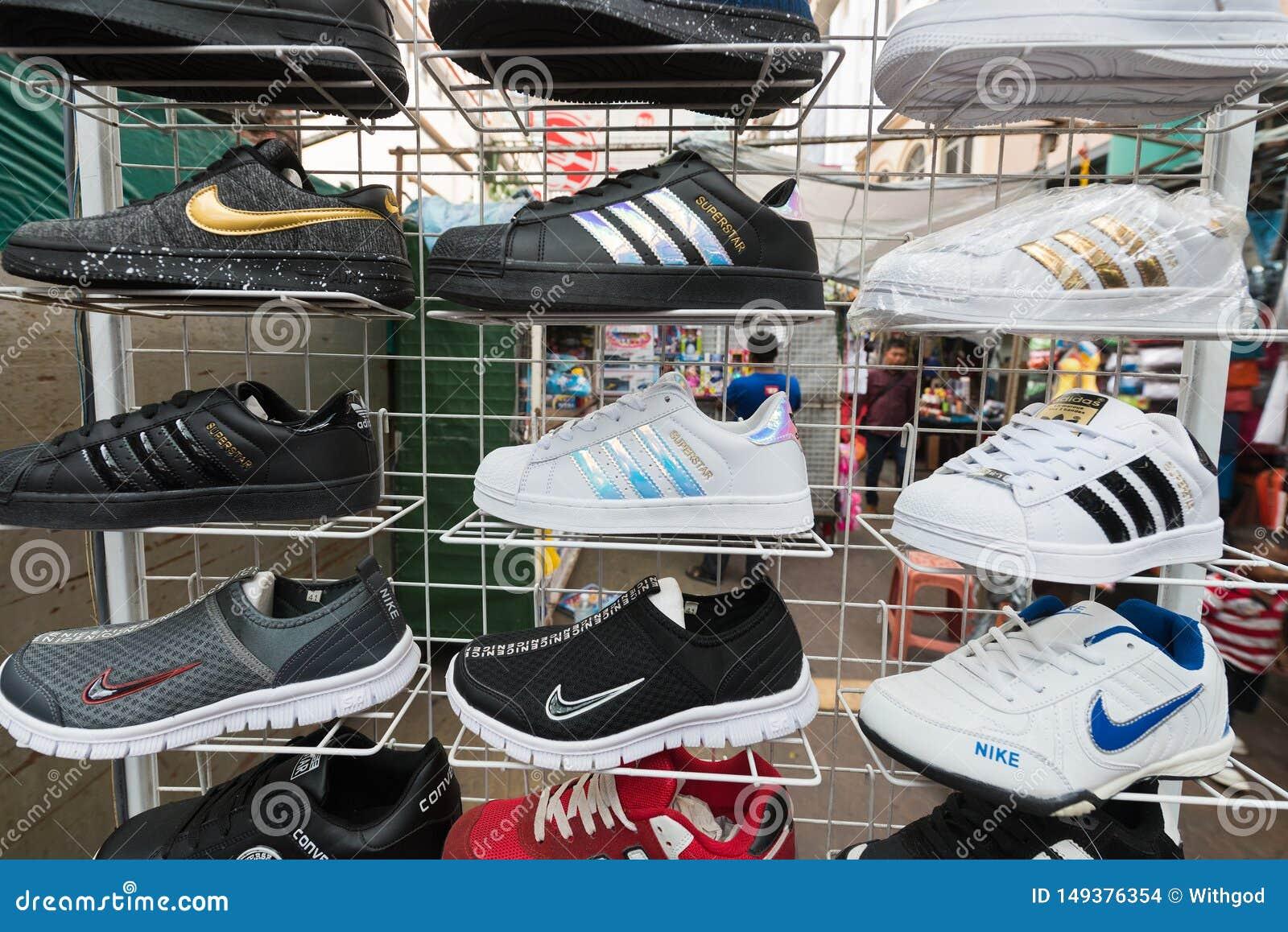 Laboratorio arrastrar Contando insectos  Falsificaci?n Adidas Y Zapatillas De Deporte Del Nike En Kuala Lumpur  Chinatown Imagen de archivo editorial - Imagen de deporte, kuala: 149376354