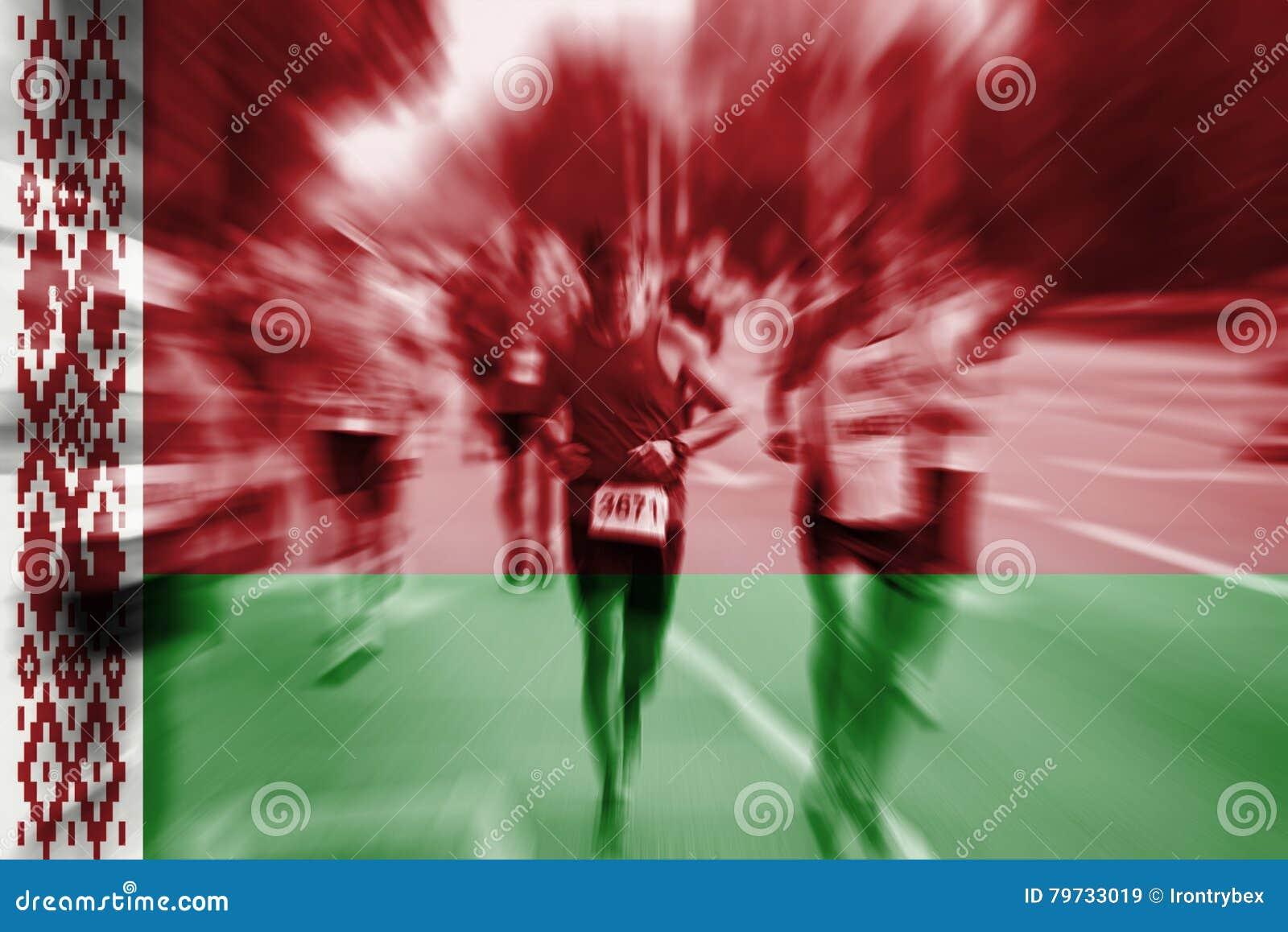 Falta de definición de movimiento del corredor de maratón con la mezcla de la bandera de Bielorrusia