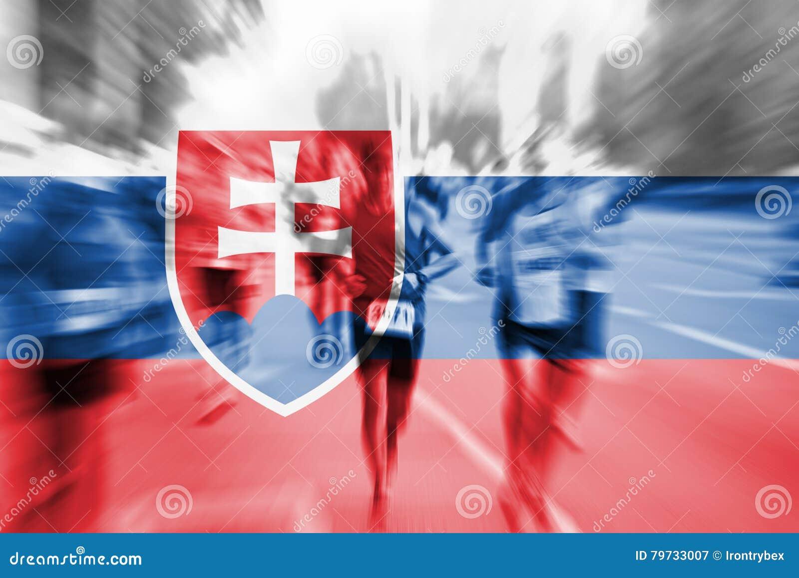 Falta de definición de movimiento del corredor de maratón con la mezcla de la bandera de Eslovaquia