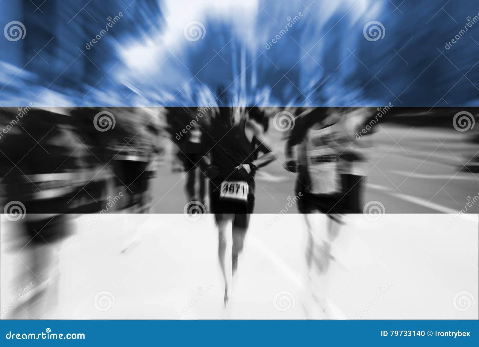 Falta de definición de movimiento del corredor de maratón con la mezcla de la bandera de Estonia