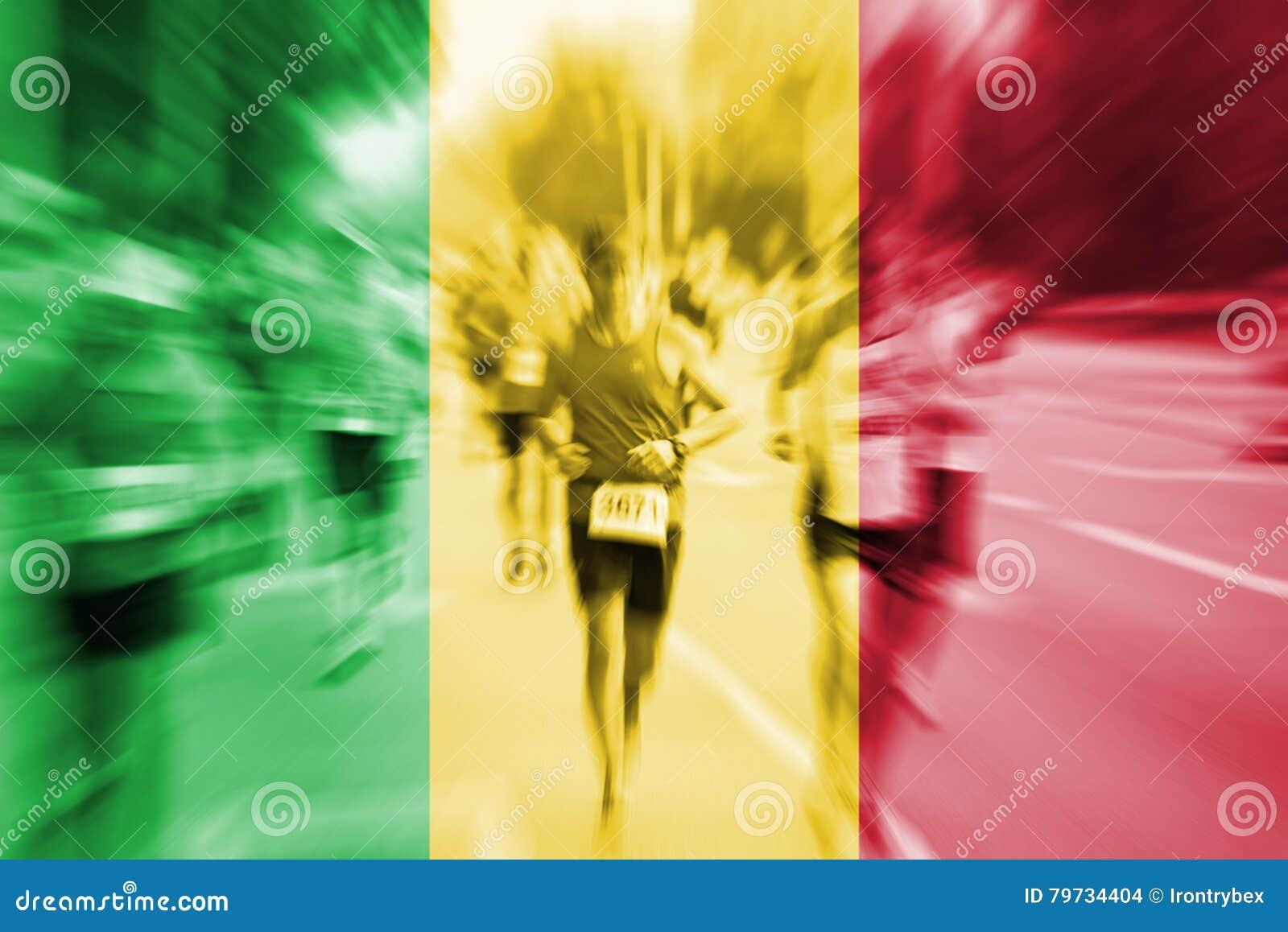 Falta de definición de movimiento del corredor de maratón con la mezcla de la bandera de Malí