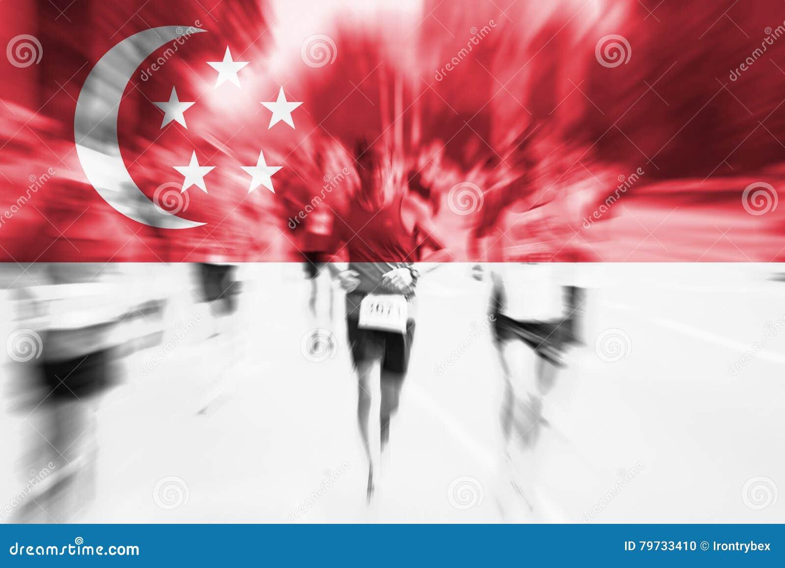 Falta de definición de movimiento del corredor de maratón con la mezcla de la bandera de Singapur