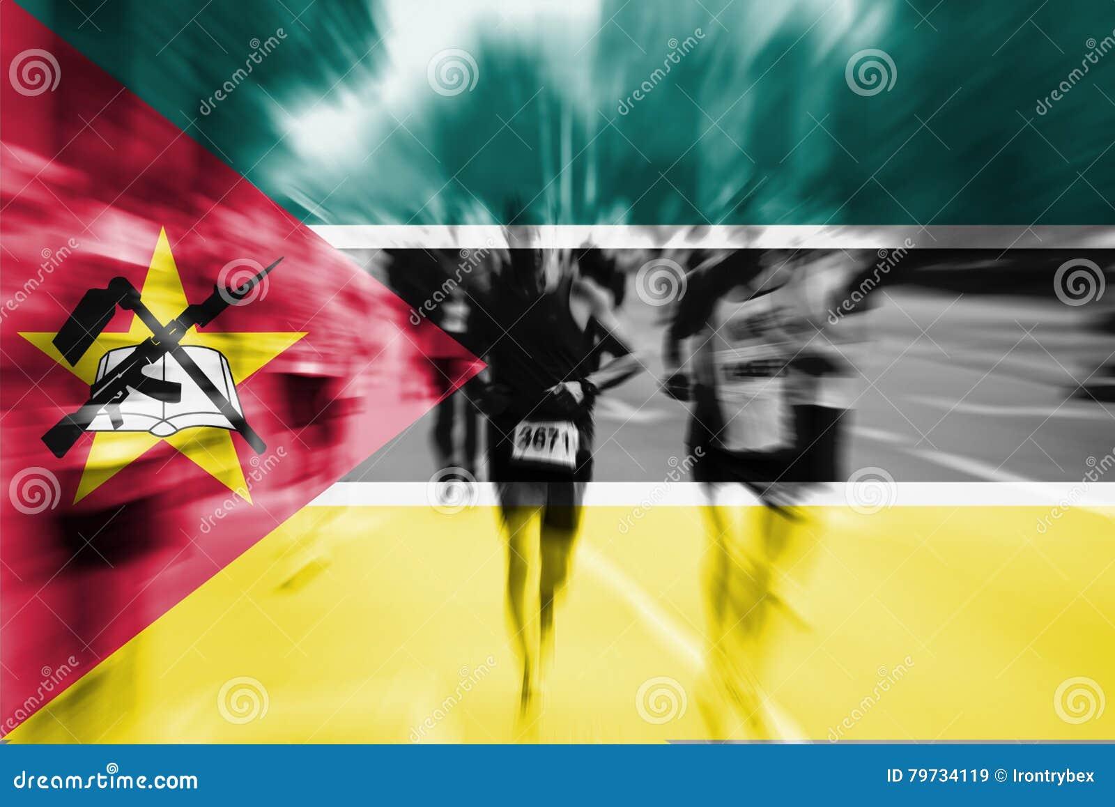 Falta de definición de movimiento del corredor de maratón con la mezcla de la bandera de Mozambique