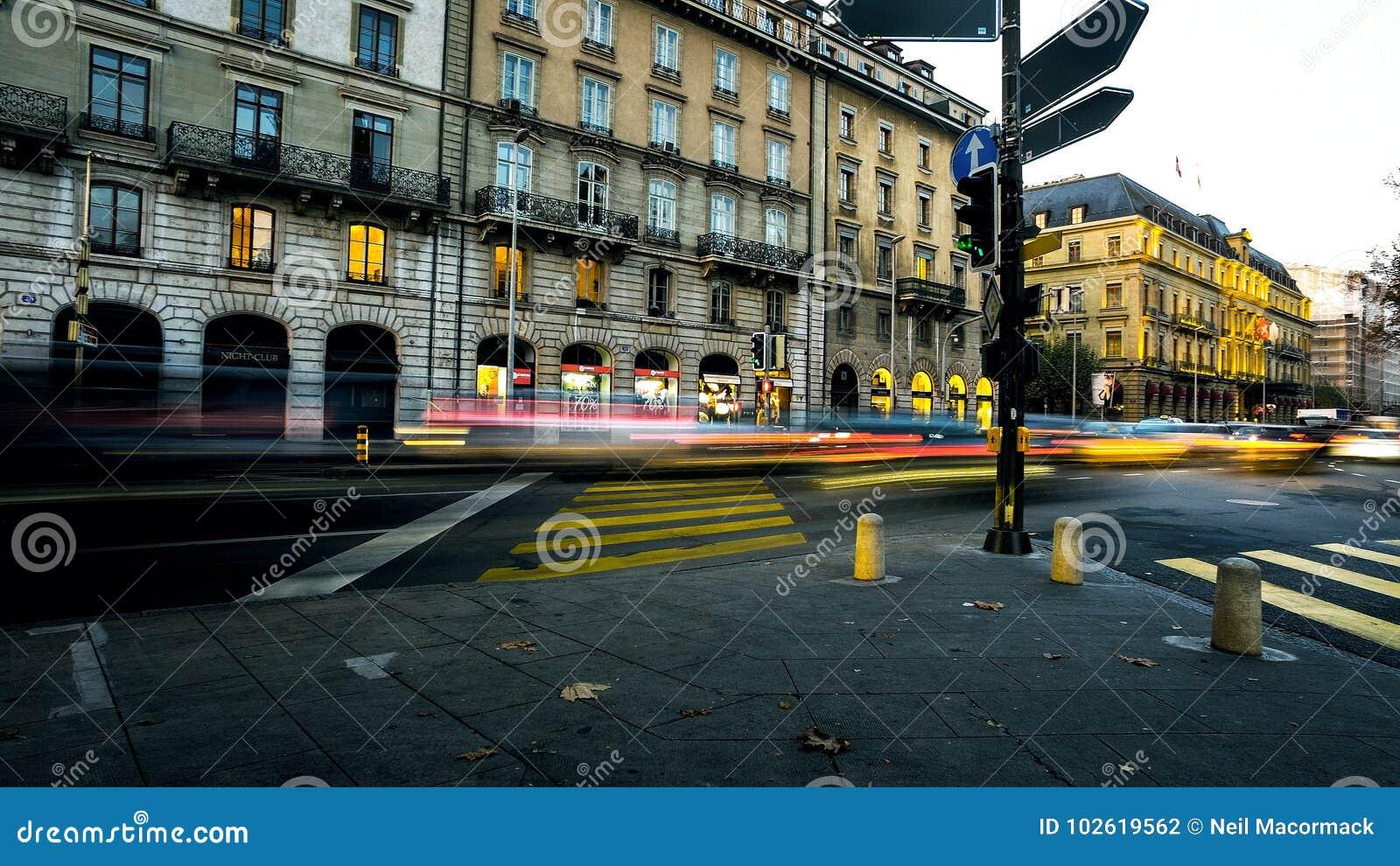 Faltas de definición de la luz de la gente y del tráfico en las calles urbanas de la ciudad ocupada