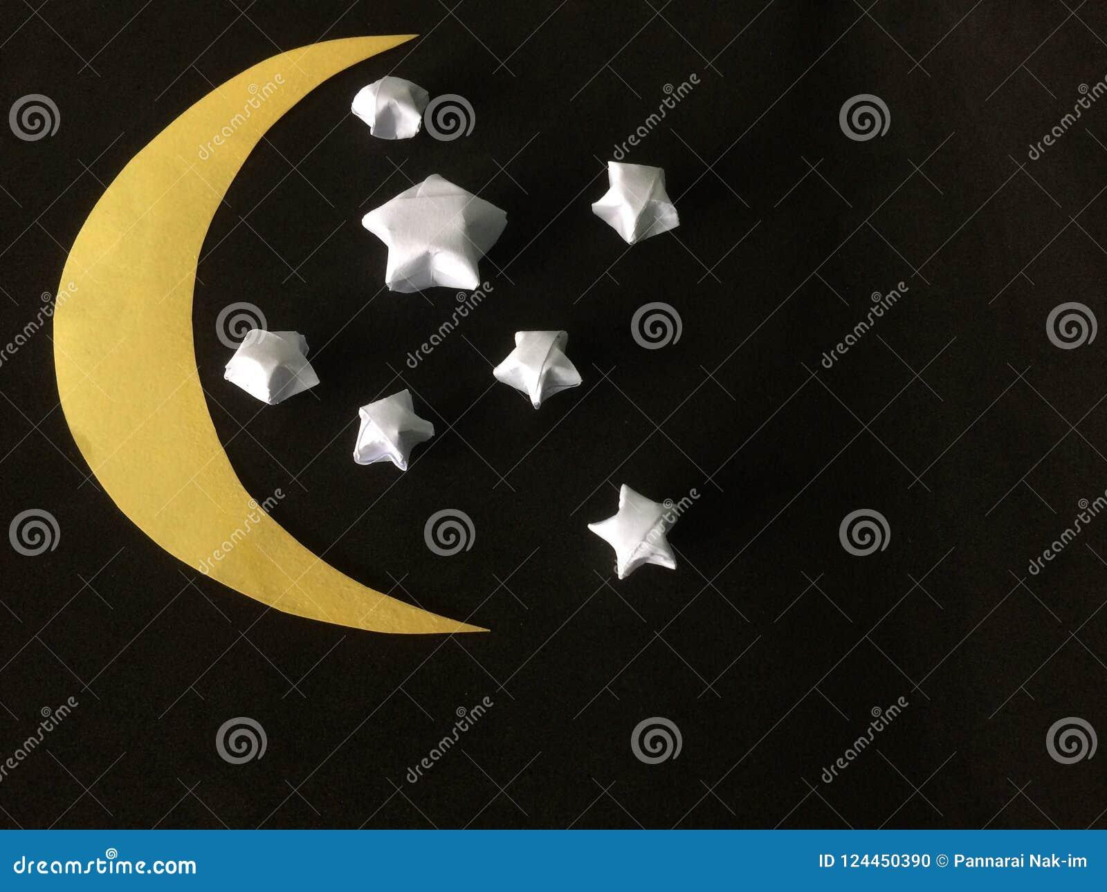 Falten Sie den Weißbuchstern und schneiden Sie den sichelförmigen Mond