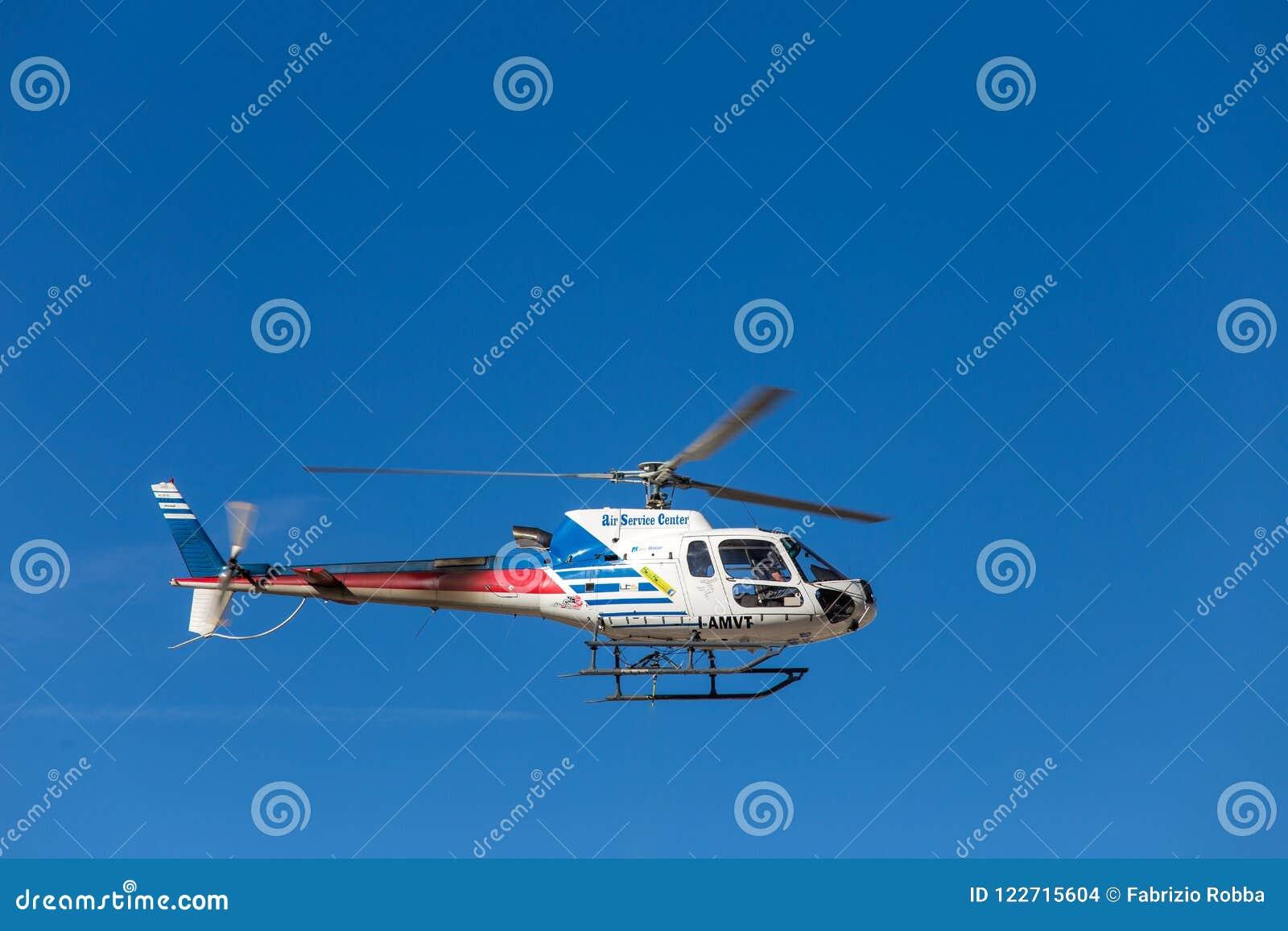 Falzarego通行证,意大利, 2017年10月19日- Elicopter Falzarego山通过的飞行aorund 白云岩,意大利
