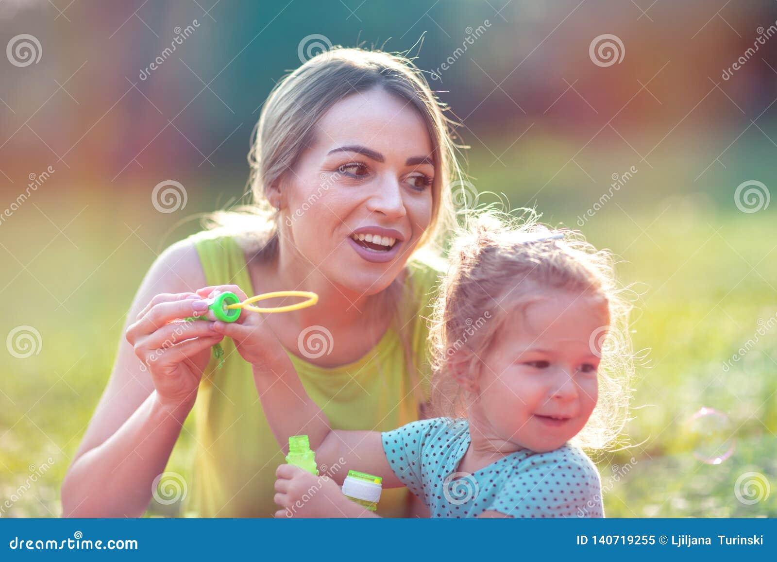 """Família do †feliz da infância a """"funde a espuma da sopa e faz bolhas"""