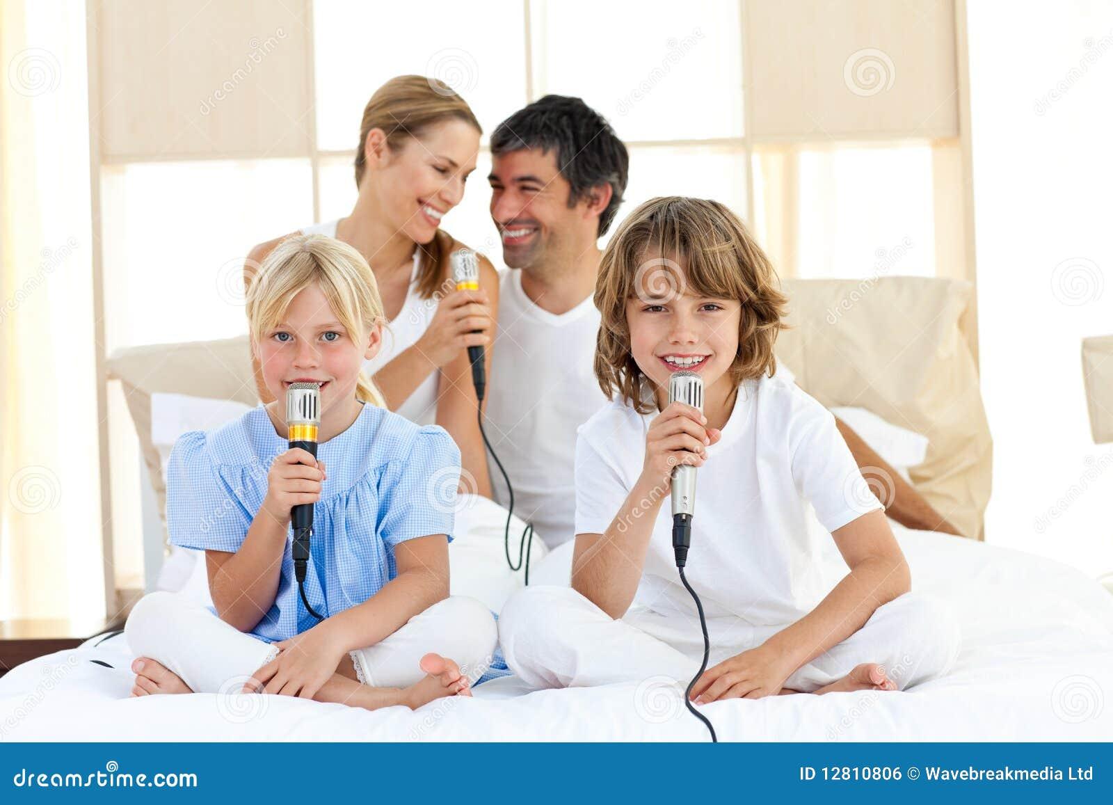 Família afectuosa que canta junto