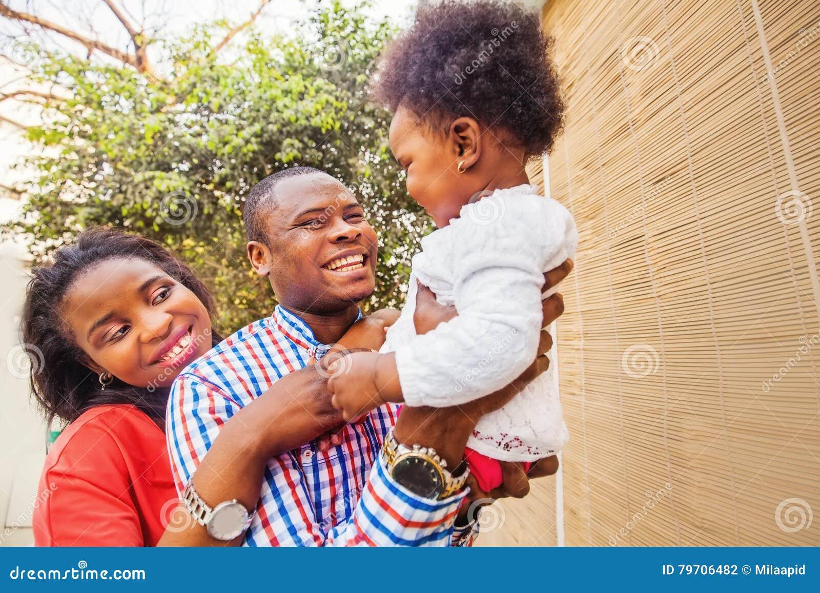 Família africana adorável no balcão