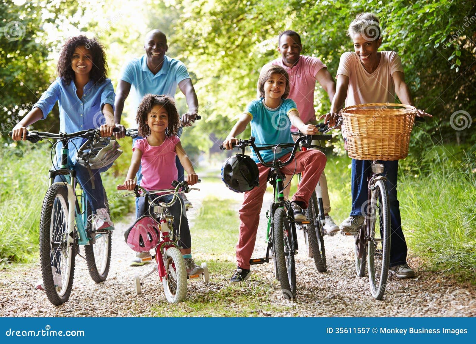 Família afro-americano da multi geração no passeio do ciclo