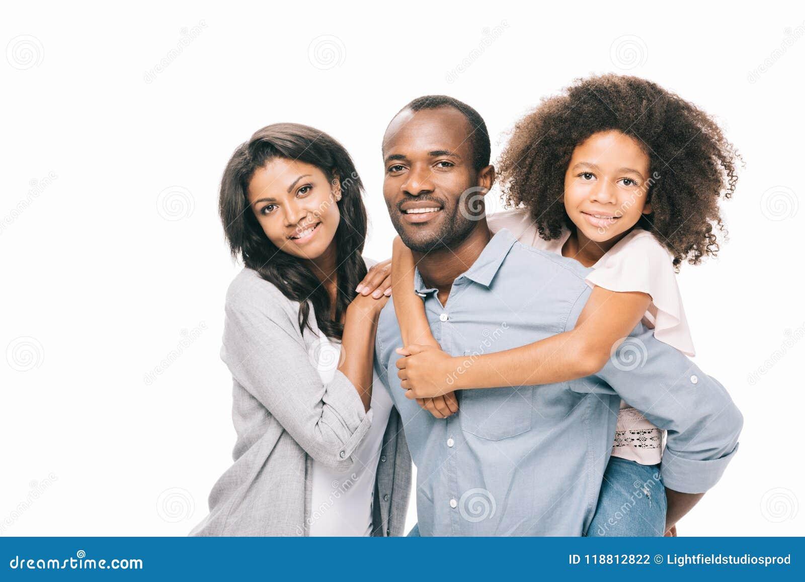 Família afro-americano feliz bonita com a uma criança que sorri na câmera