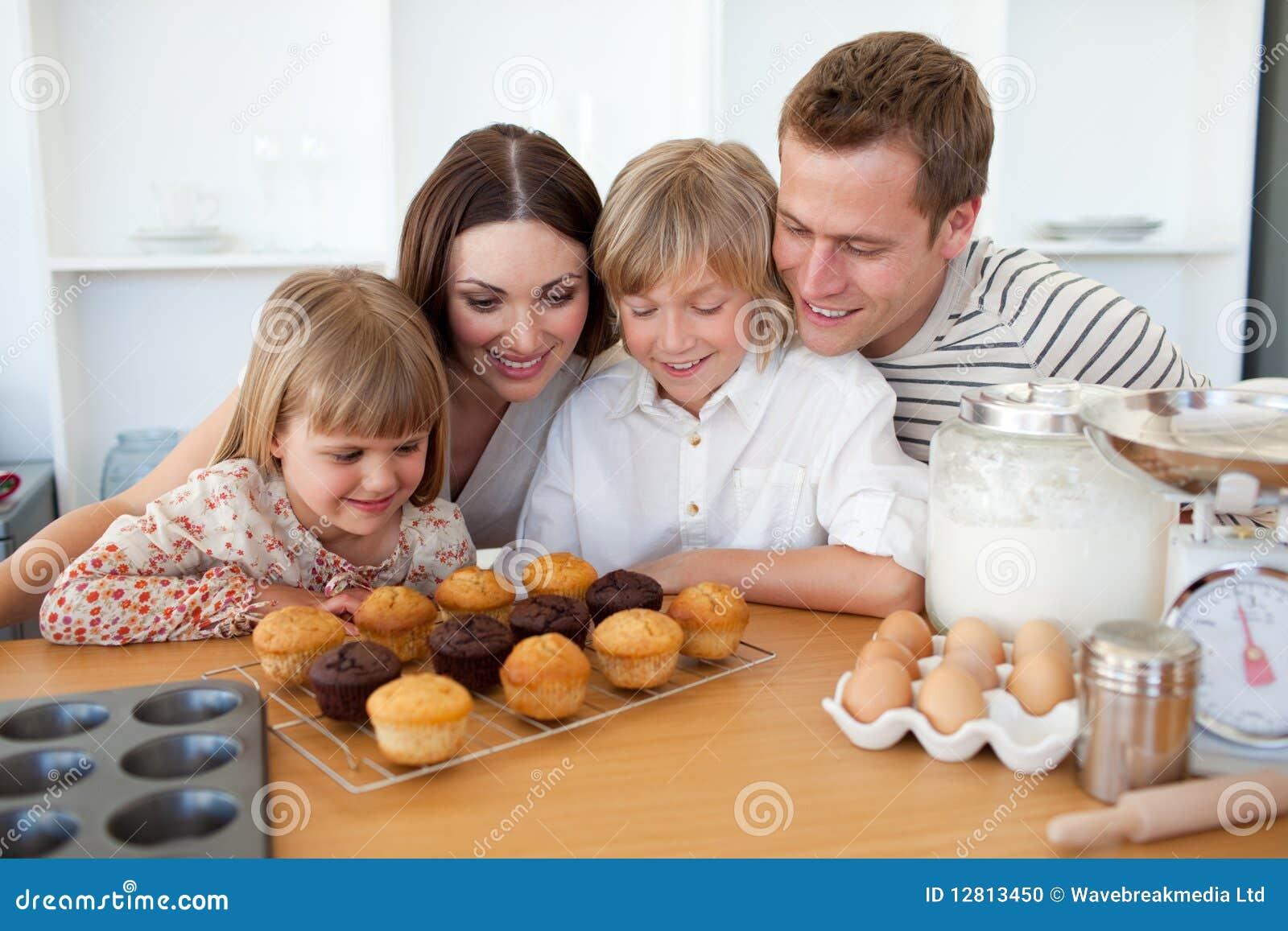 Família alegre que apresenta seus queques