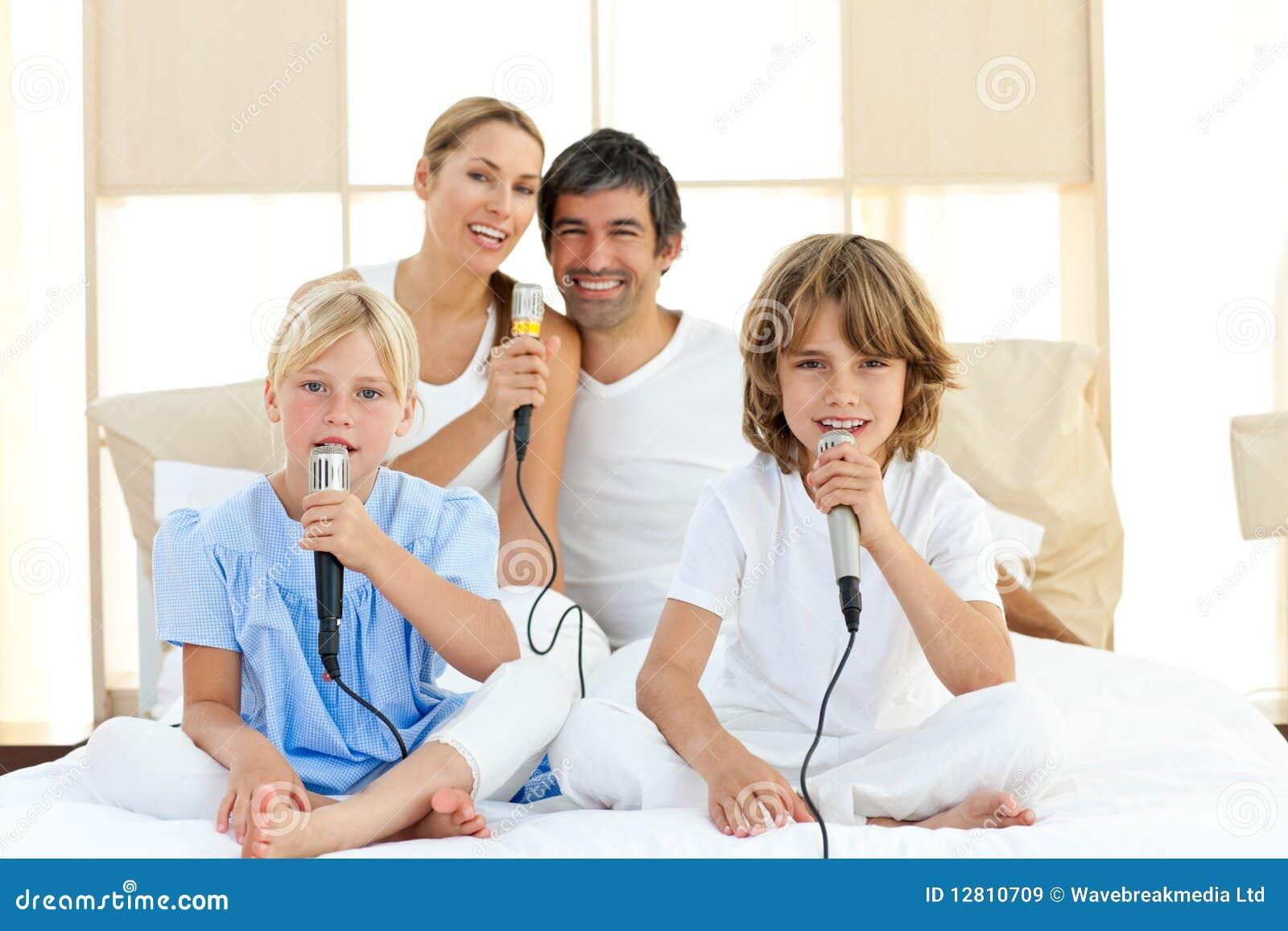 Família alegre que canta junto