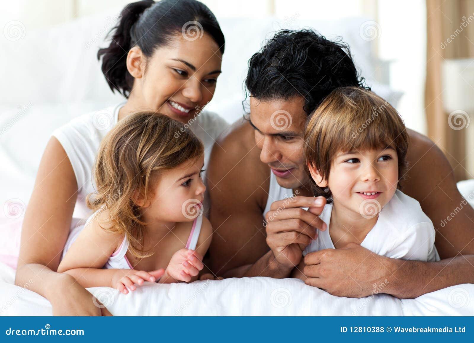Família Animated que tem o divertimento encontrar-se na cama