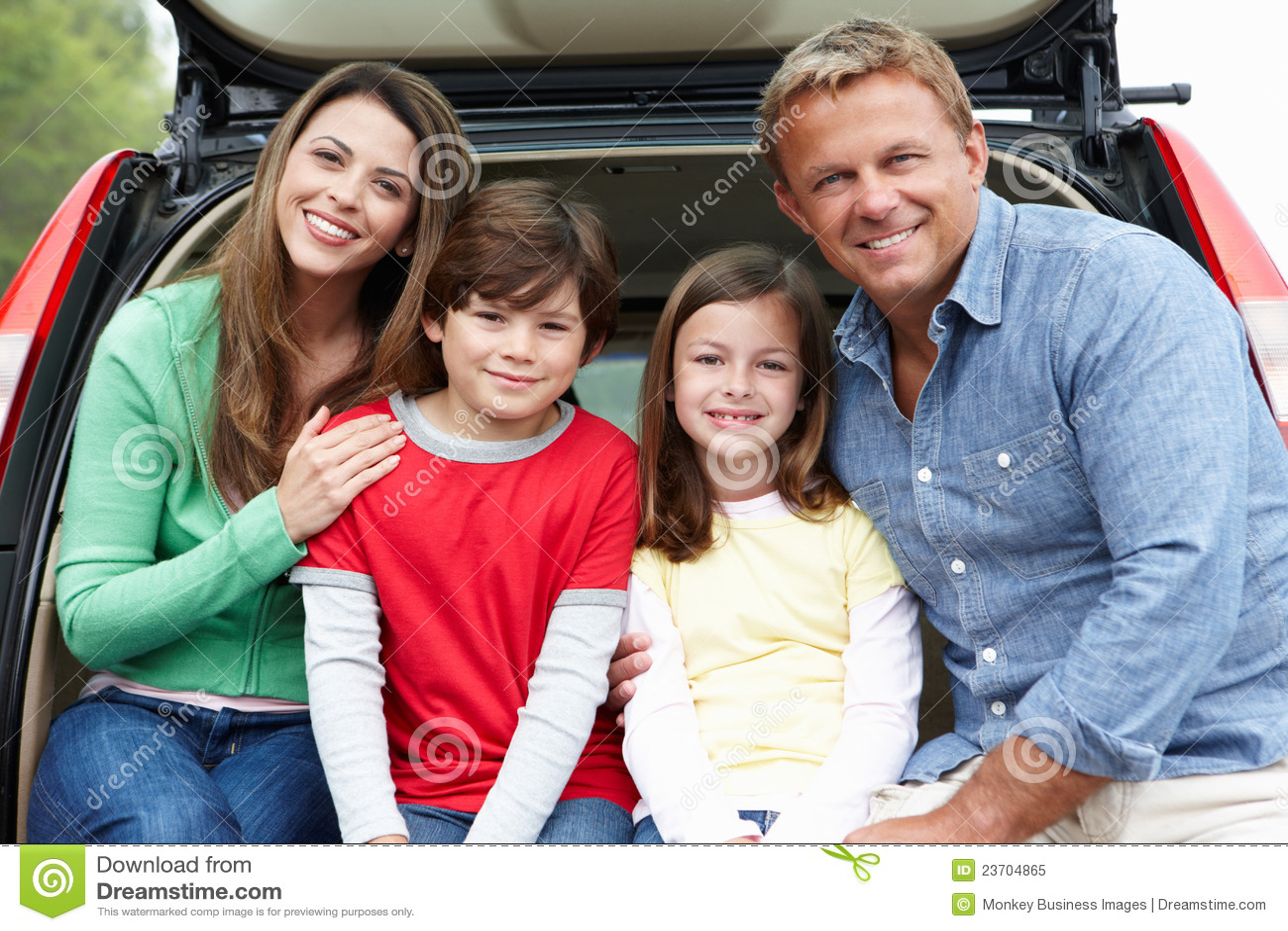 Família ao ar livre com carro