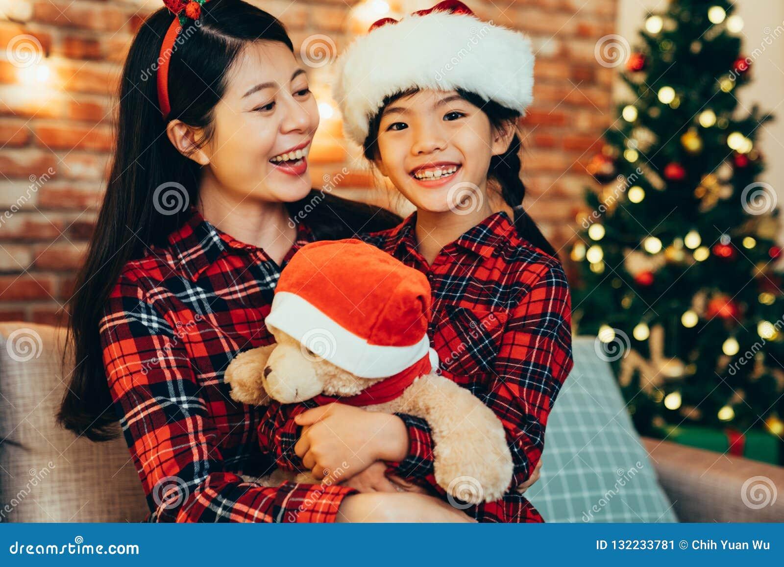 Família bonita doce que abraça comemorando o Natal