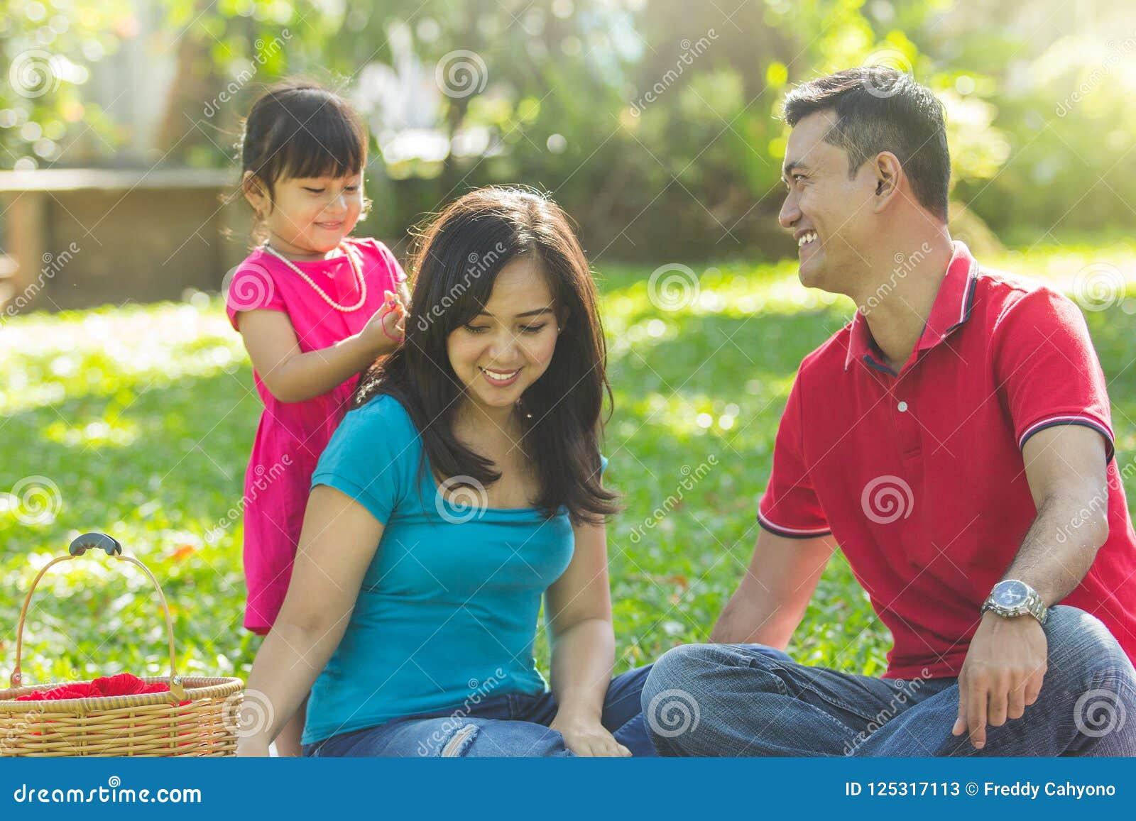 Família bonita em um parque