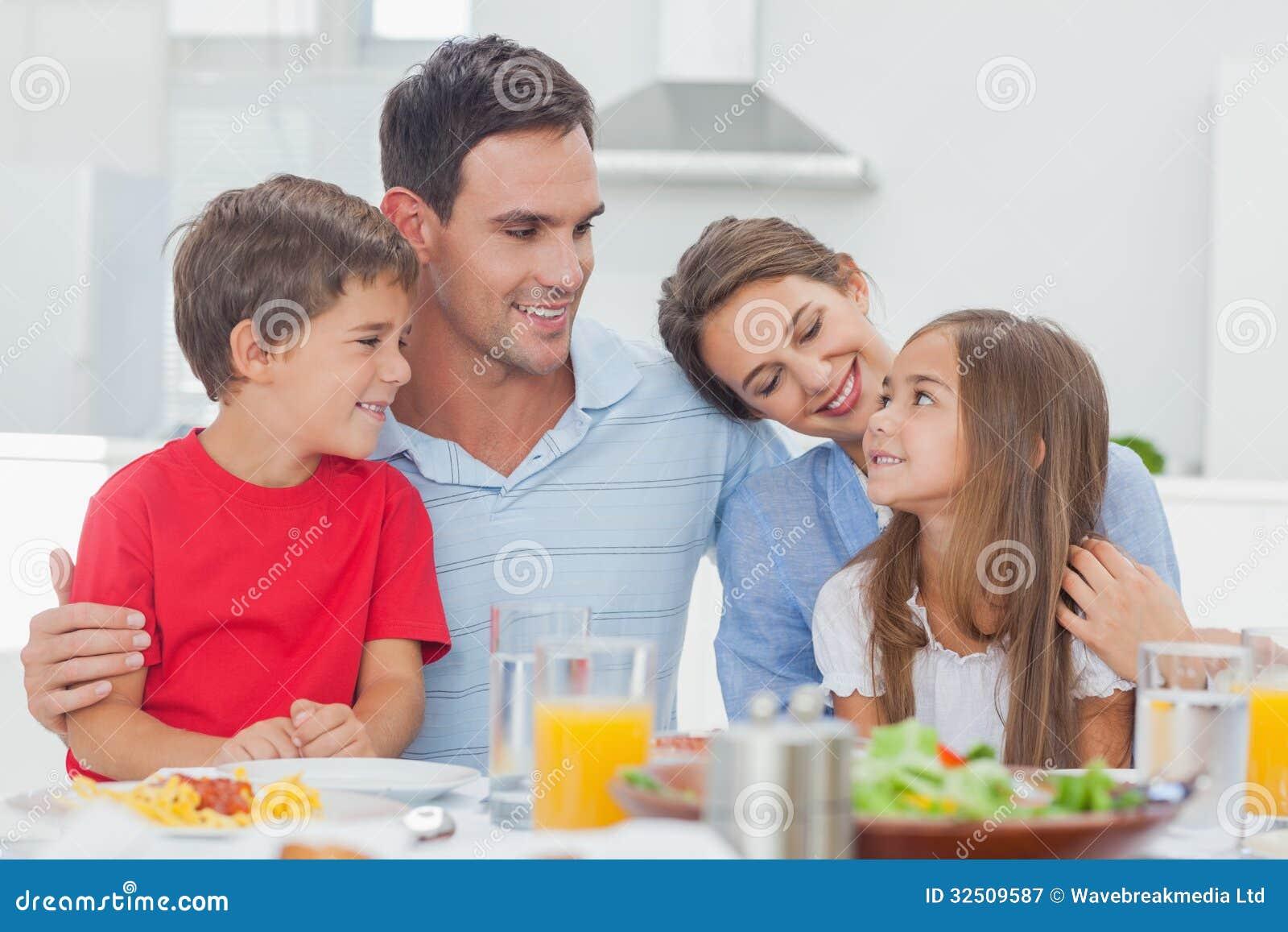 Família bonito durante o comensal