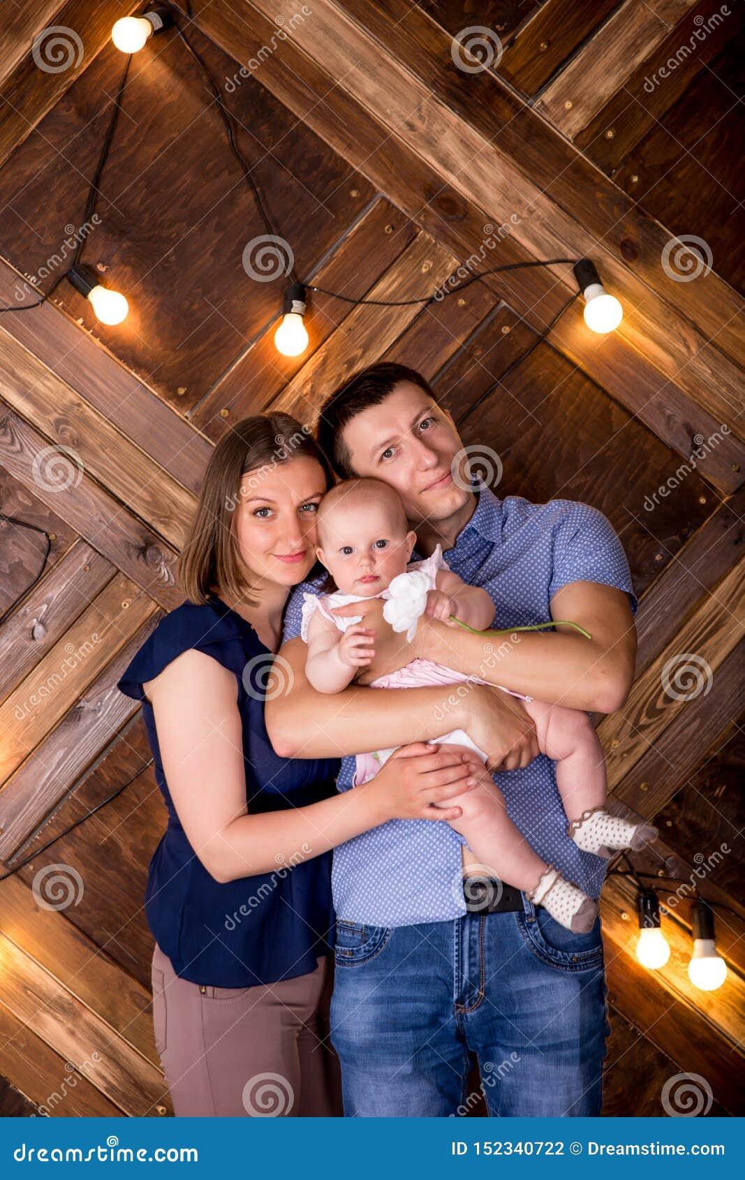 Família caucasiano nova feliz que levanta no estúdio