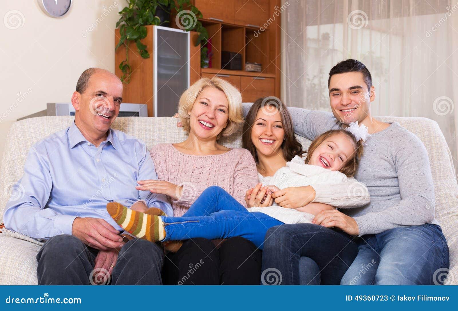 Família com as crianças grandes que levantam dentro