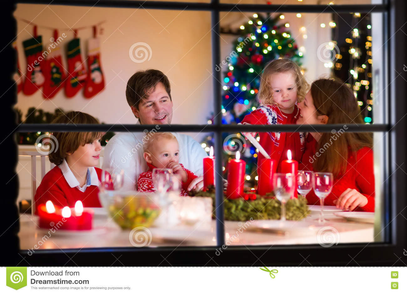Família com as crianças no jantar de Natal em casa