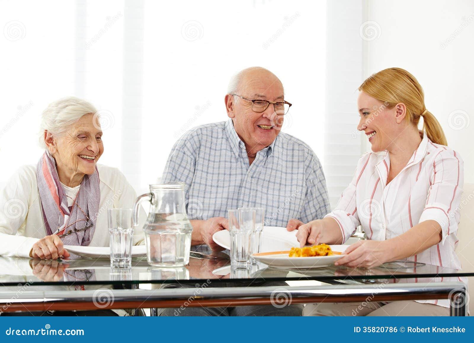 Família com comer superior dos pares