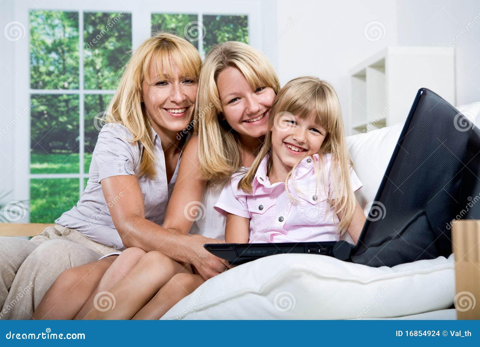 Família com portátil