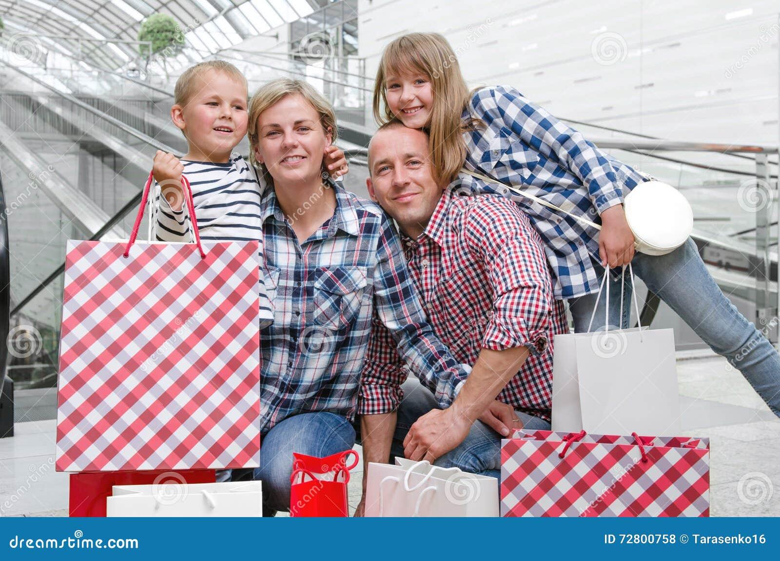 Família com sacos de compra