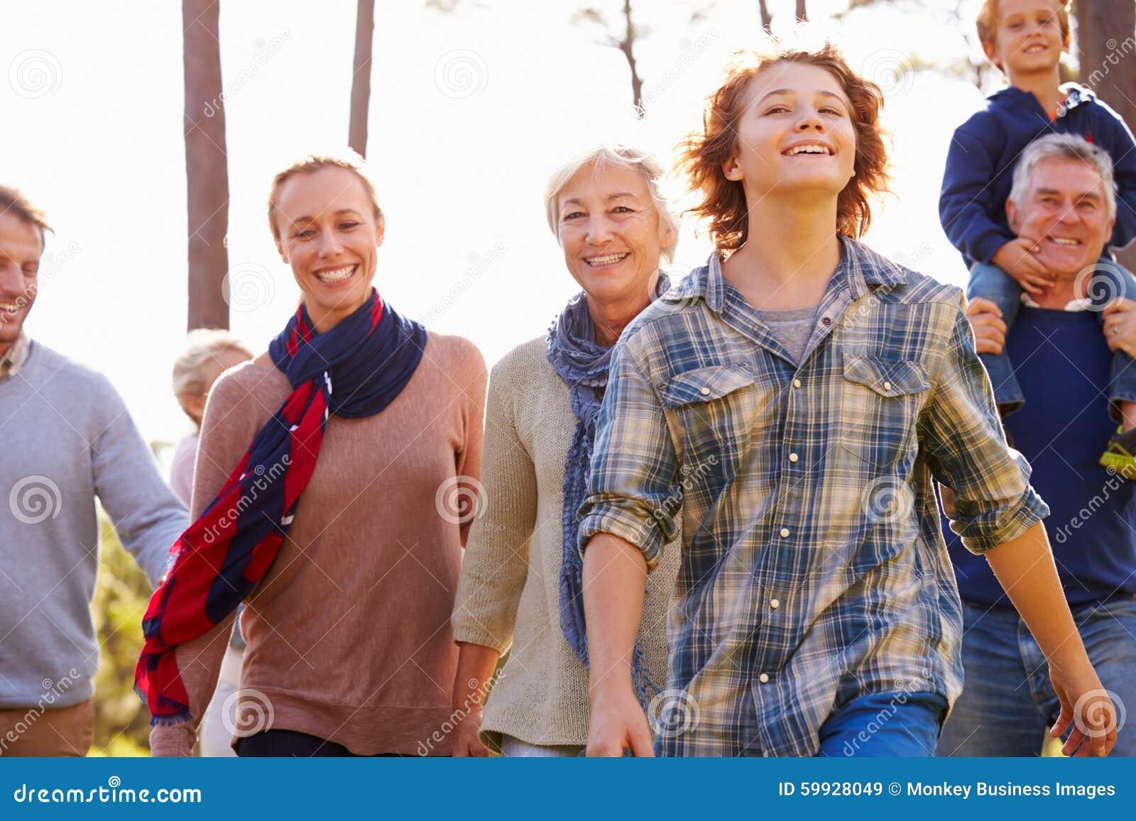 Família da Multi-geração que anda no campo, fim acima