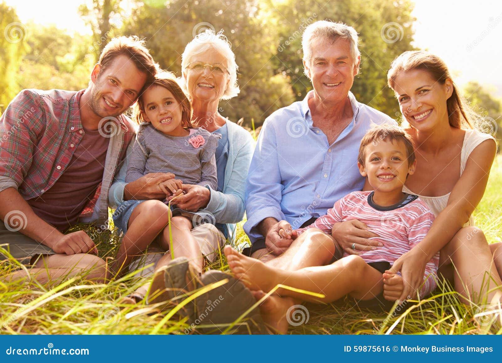Família da Multi-geração que relaxa junto fora