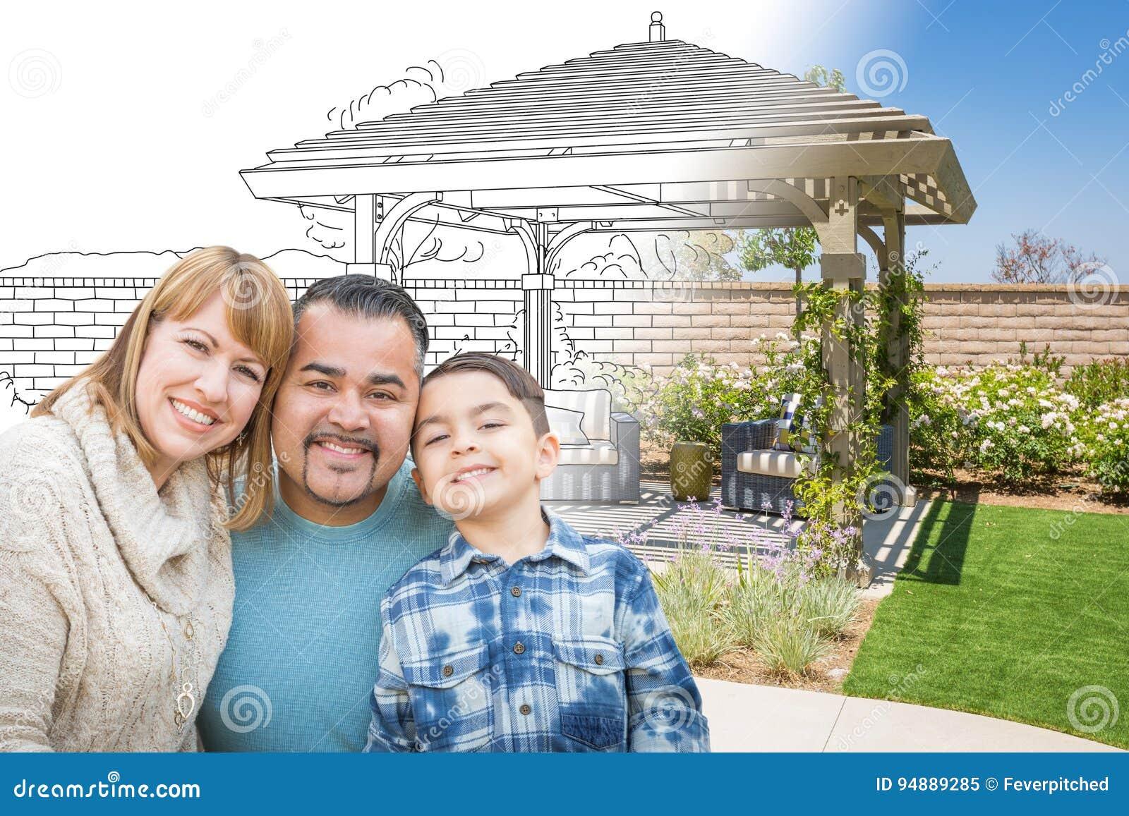 Família da raça misturada na frente de tirar Gradating na foto do Fi