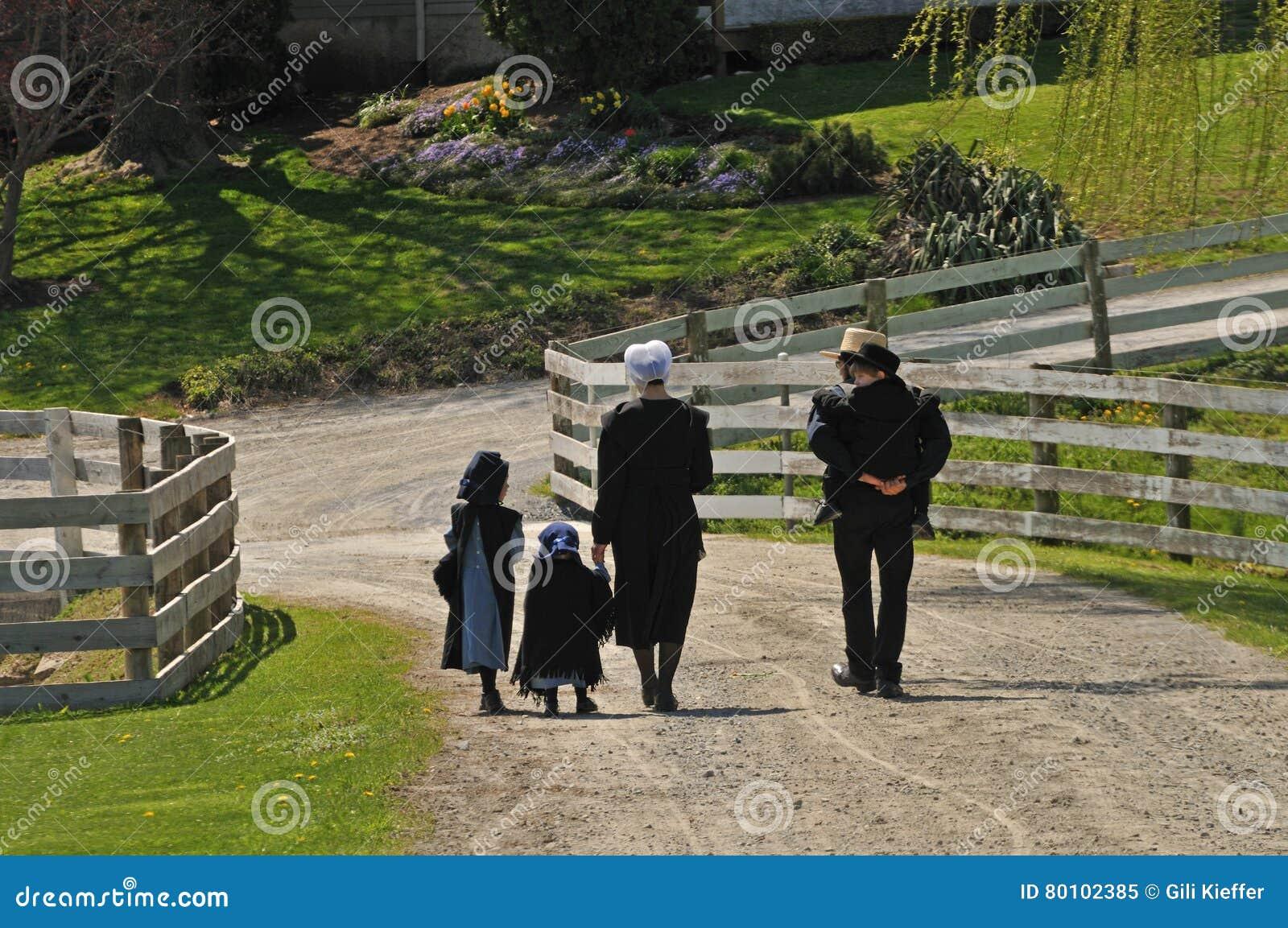 Família de Amish que anda junto em Pensilvânia