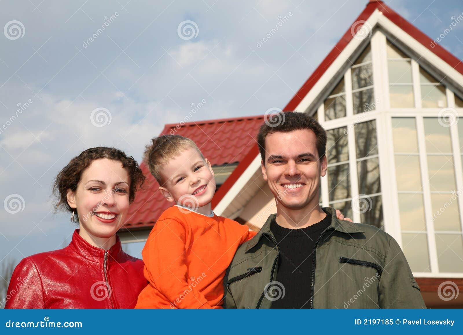 Família de encontro à casa nova