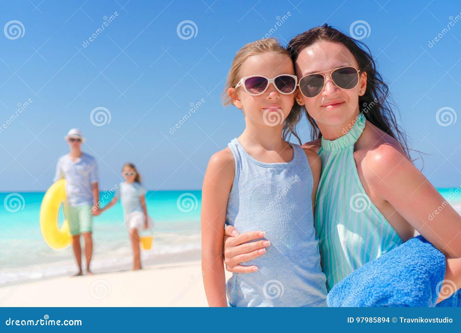 9499c8f81d6156 Família De Quatro Pessoas Bonita Feliz Em Uma Praia Tropical Retrato ...