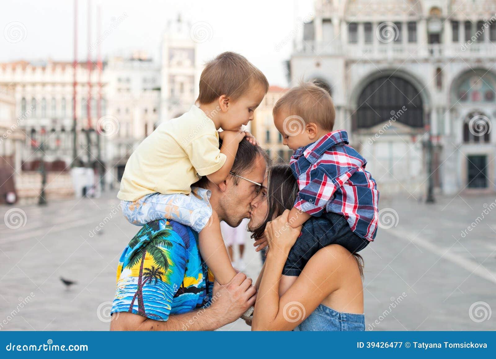 Família de quatro pessoas bonito em Veneza