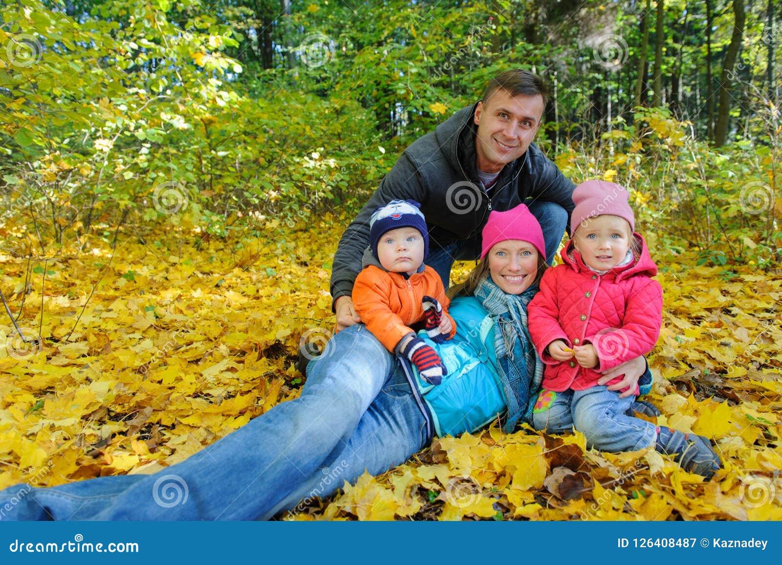 12bfa83df2bc19 Família De Quatro Pessoas Feliz No Parque Do Outono Na Folha Amarela ...