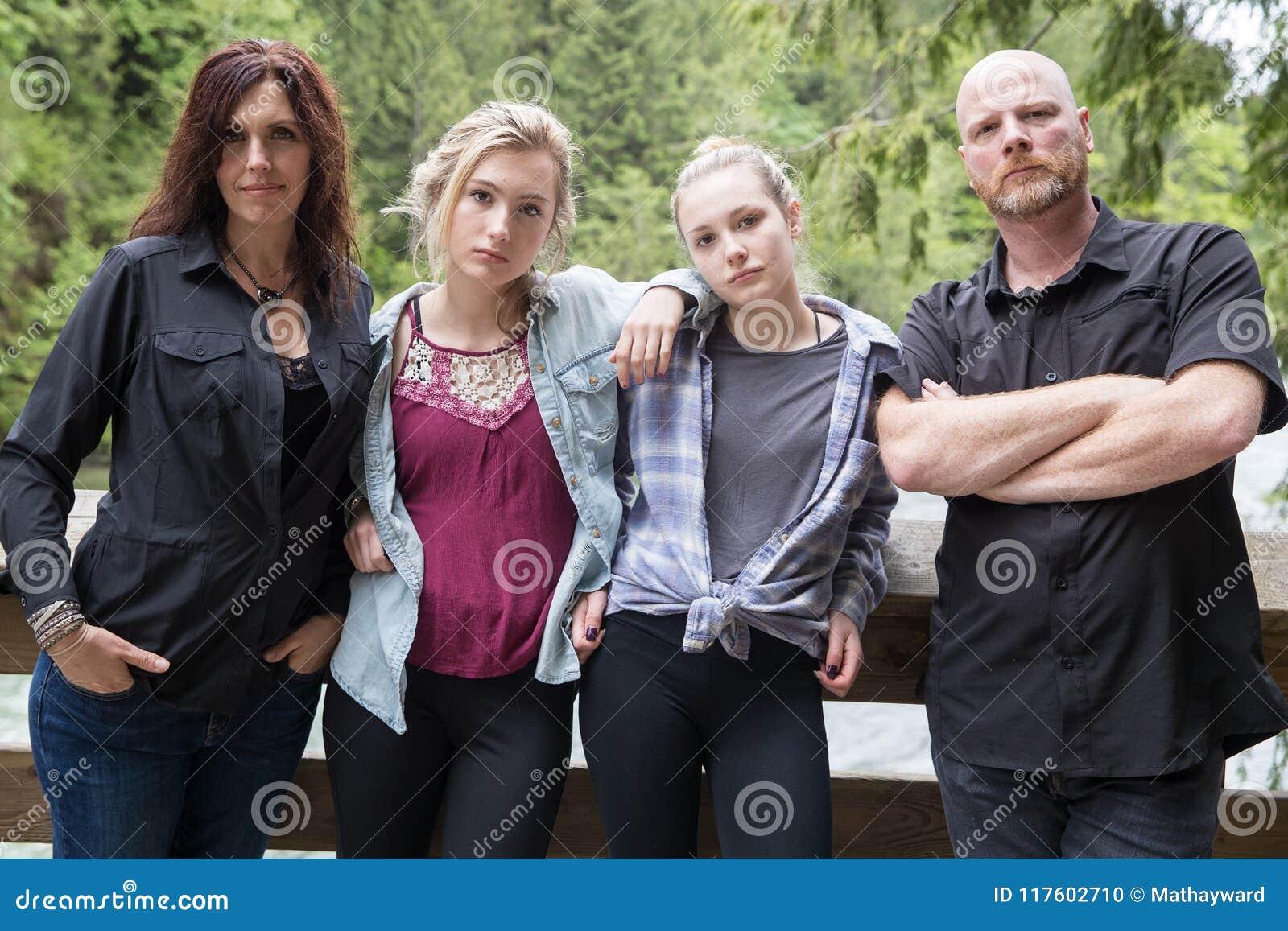 Família de quatro pessoas séria