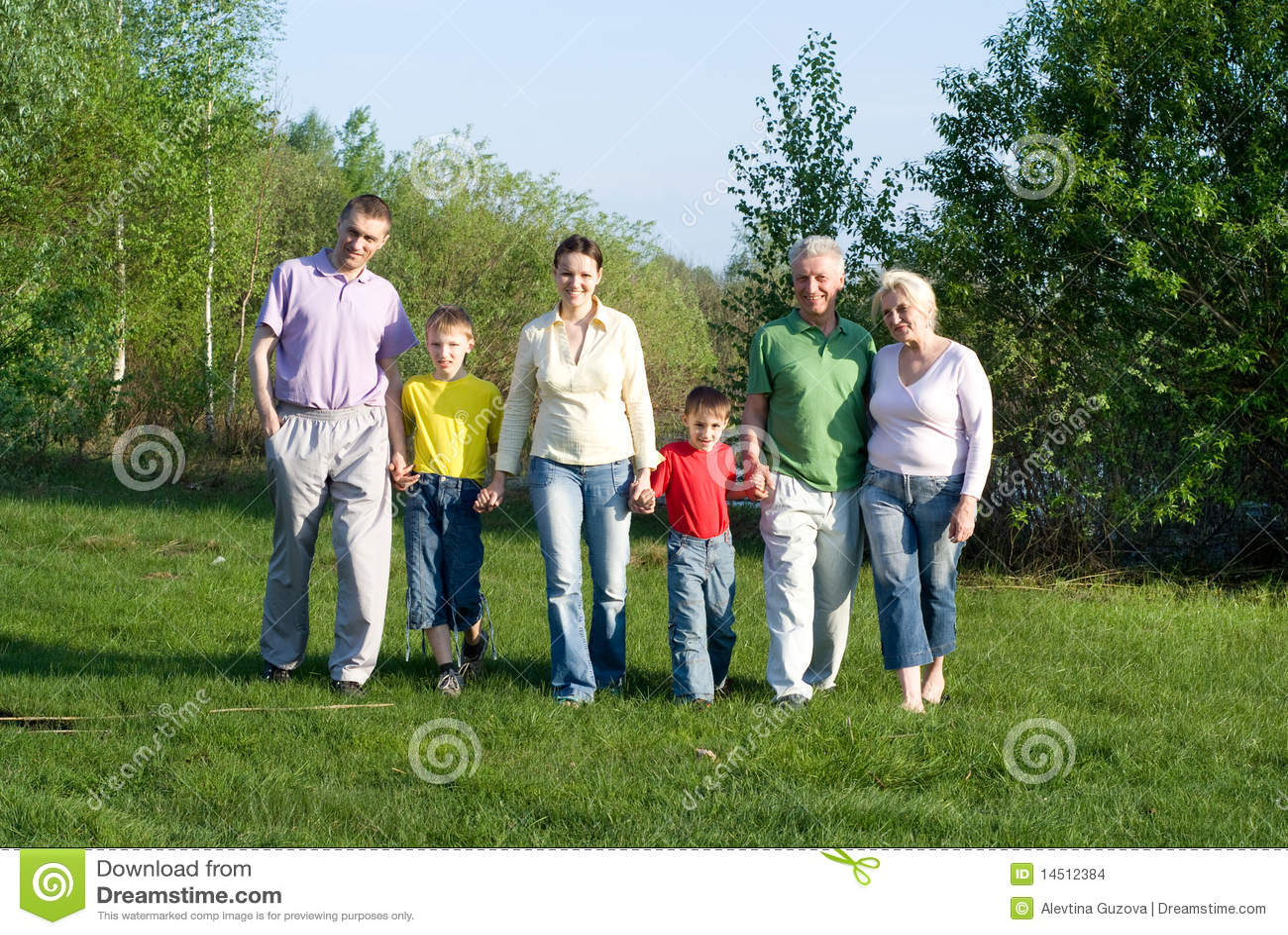 Família de seis feliz na natureza