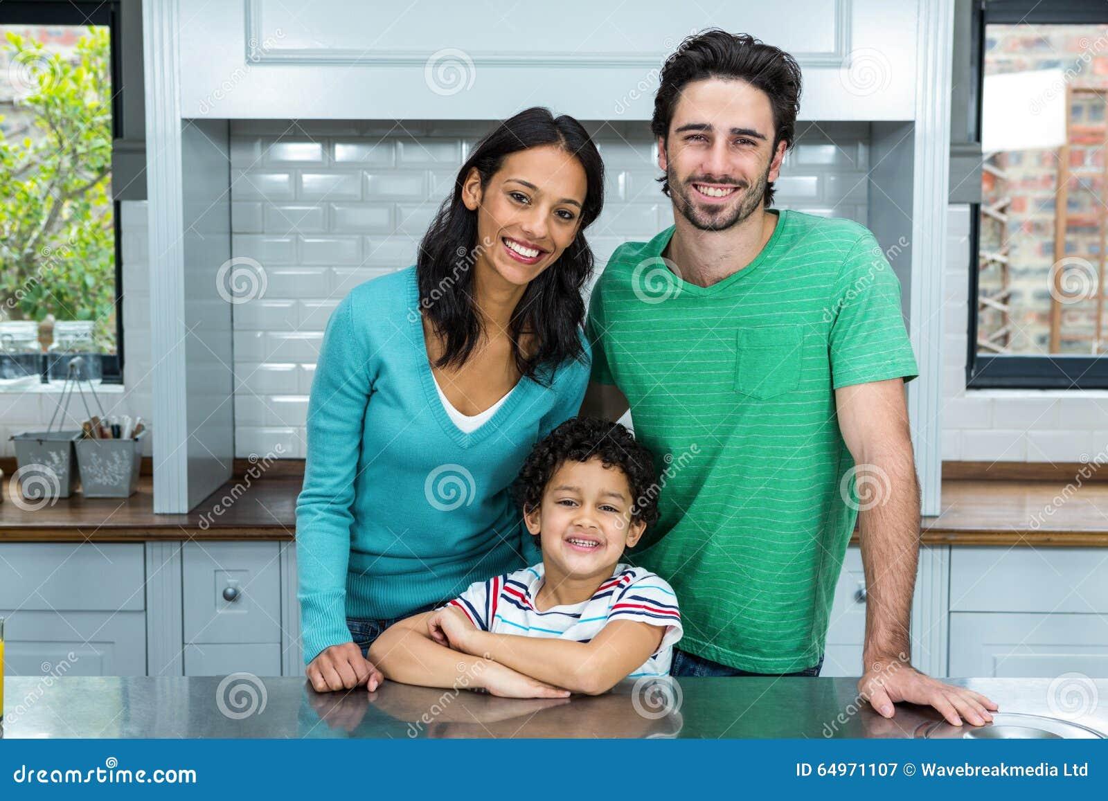 Família de sorriso na cozinha