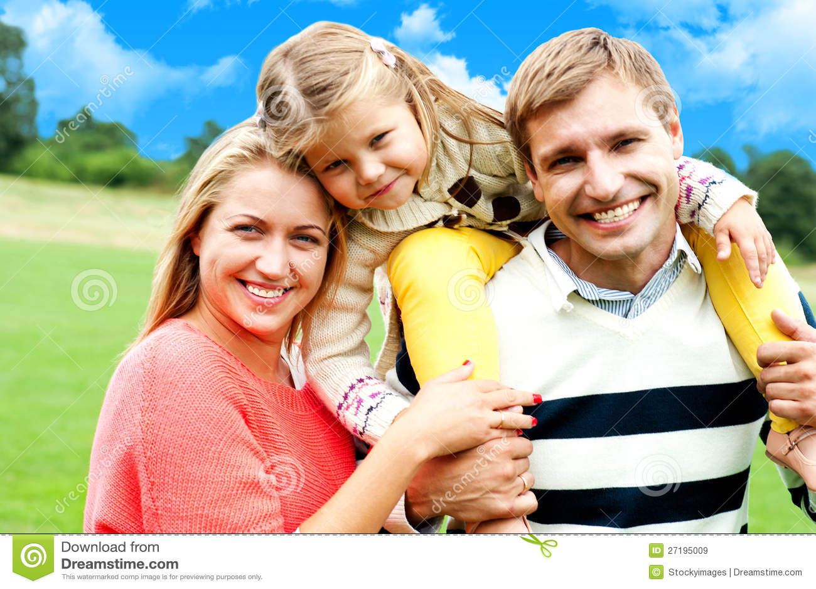 Família de três caucasiano feliz bonita